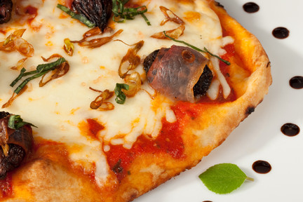 Olive_pizza_with_leaf_240