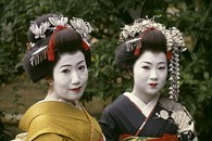 Close_up_of_two_geishas__kyoto_